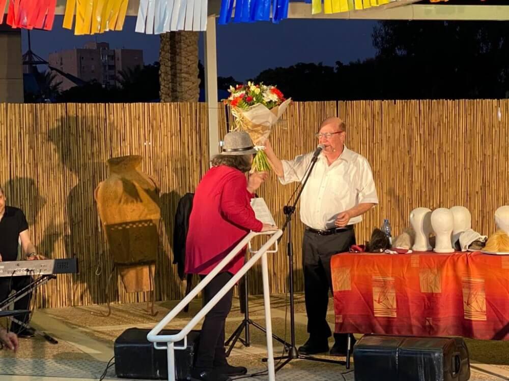 טוביה צפיר הגיע להופעה בבית האבות משען