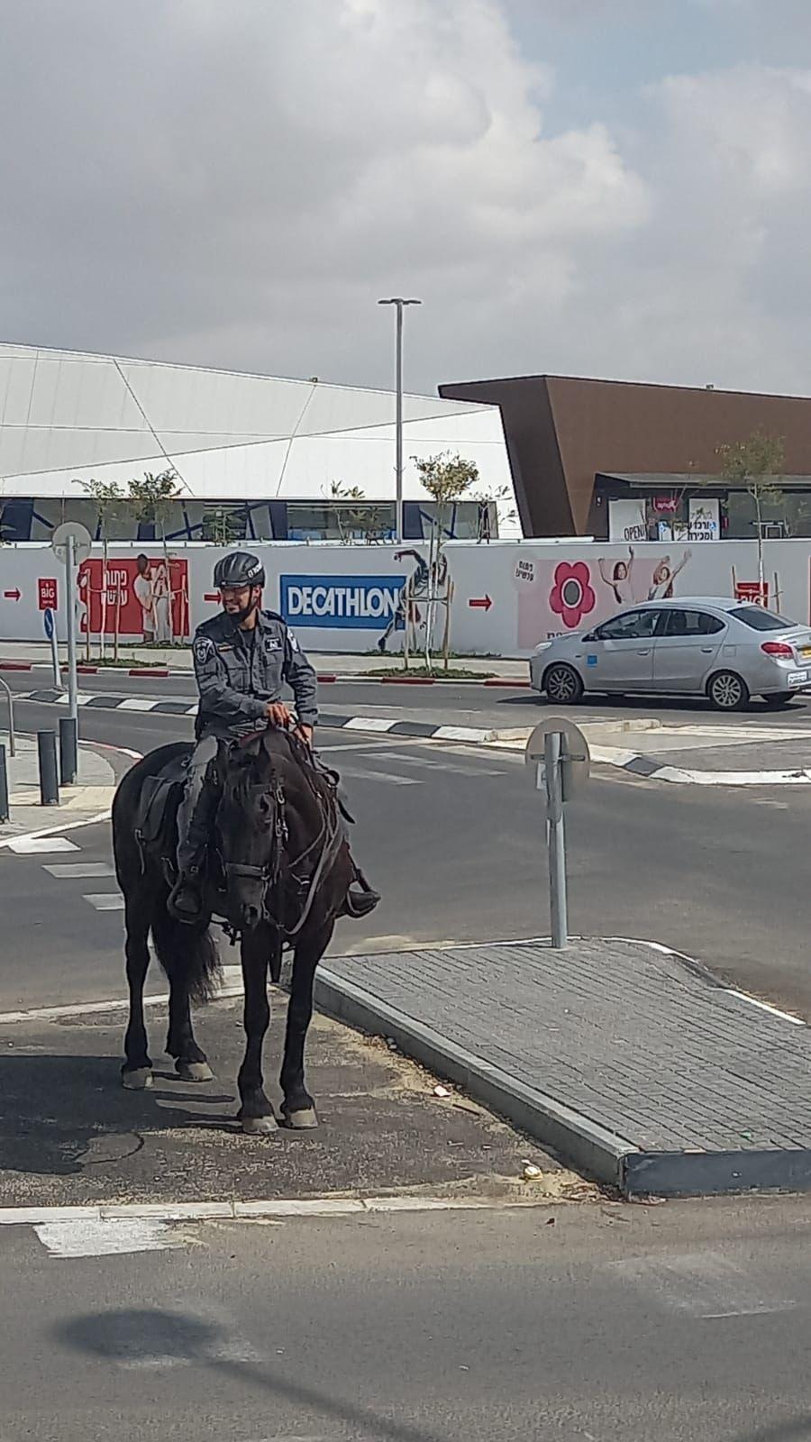 פרשי משטרת ישראל סיירו היום במרכז ביג